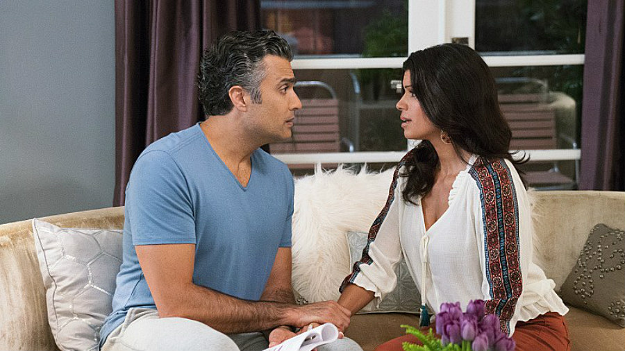 Jaime Camil as Rogelio de la Vega and Andrea Navedo as Xiomara Villanueva on Jane the Virgin