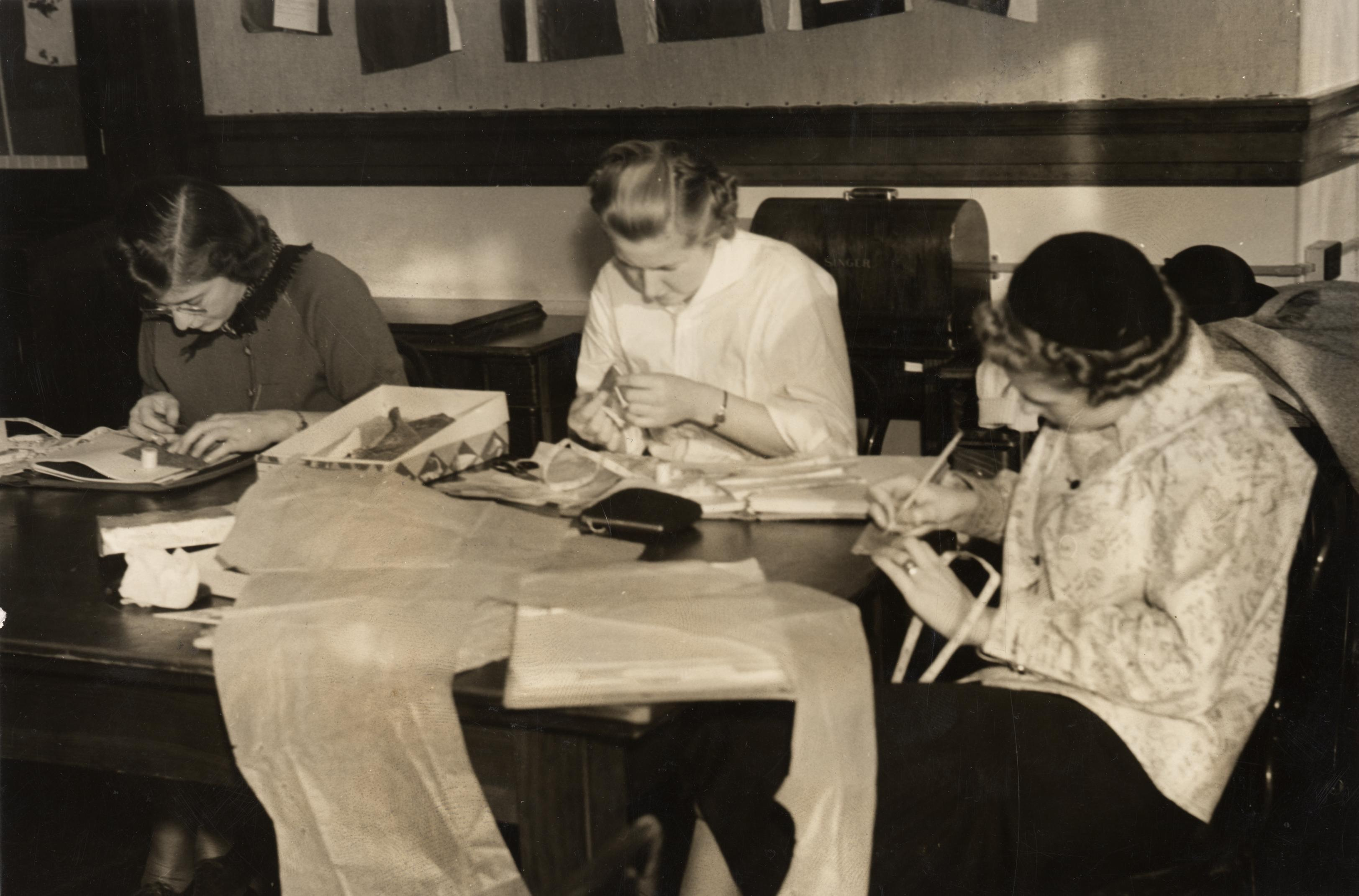 black and white photo of students at Oregon State University sewing in a home economics class in the 1950s