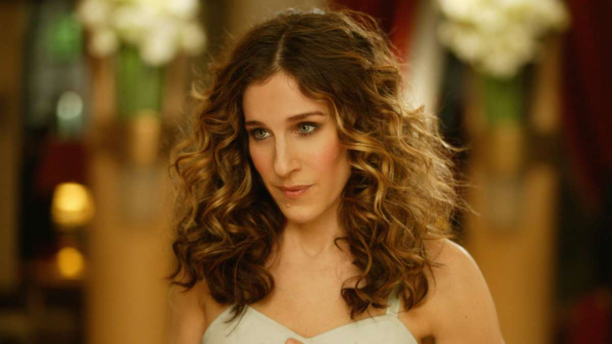 Sarah Jessica Parker, a white woman with blond, curly hair, plays Carrie Bradshaw on Sex & the City
