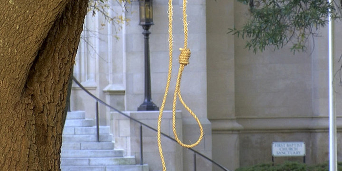 A noose hanging from a tree in front of the Mississippi State Capitol
