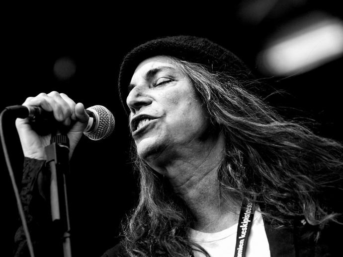 patti smith singing into a microphone